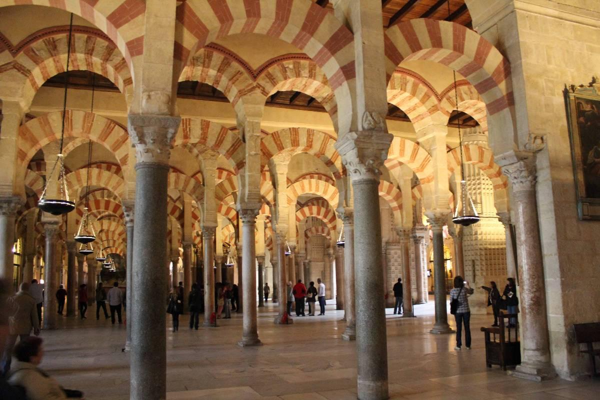 9 claves para entender la mezquita de c rdoba croma cultura for Interior mezquita de cordoba