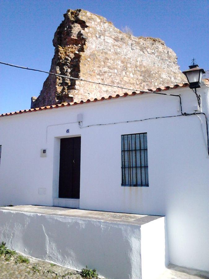 Torre del homenaje y casas adosadas a las murallas