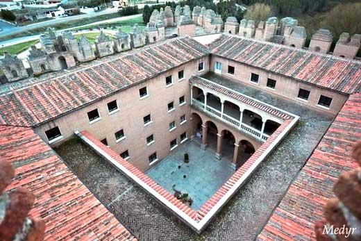 Patio central reformado para albergar la Escuela de Capacitación Forestal.